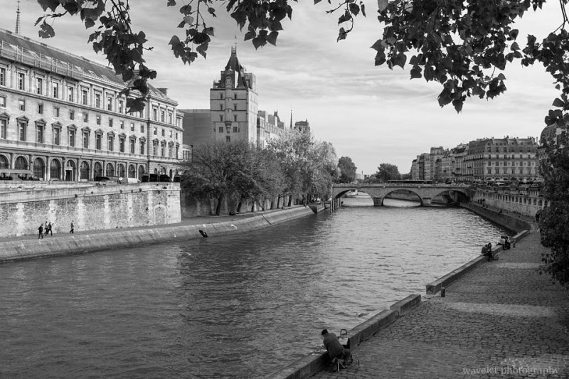 Walk way by the Siene between Pont Saint-Michel and Pont Neuf, Paris