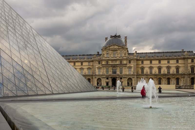 Cour Napoléon et pyramid (Napoleon courtyard and pyramid), Paris